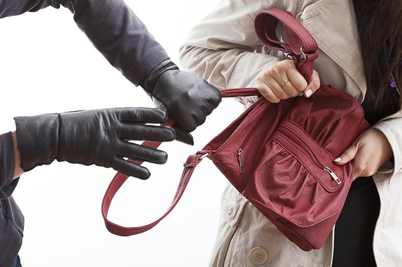 В палатке на рынке в Ольшанах женщина украла сумку
