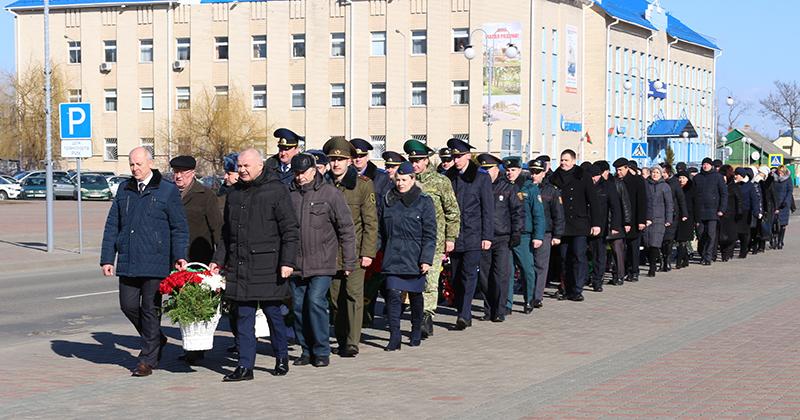 22 февраля прошло торжественное возложение венков к памятнику воинам-освободителям
