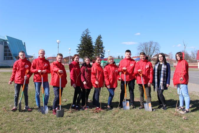 Активисты БРСМ приняли участие в акции по благоустройству г. Столина в рамках республиканского молодежного проекта «За дело!»