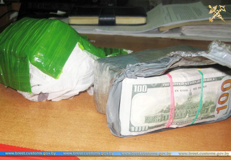 Более 100 тыс. незадекларированных долларов США обнаружили пограничники в пункте пропуска «Верхний Теребежов» у водителя грузового авто