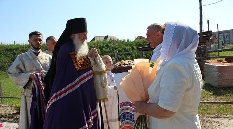 В строящемся храме Святителя Луки г. Столина прошла праздничная божественная литургия