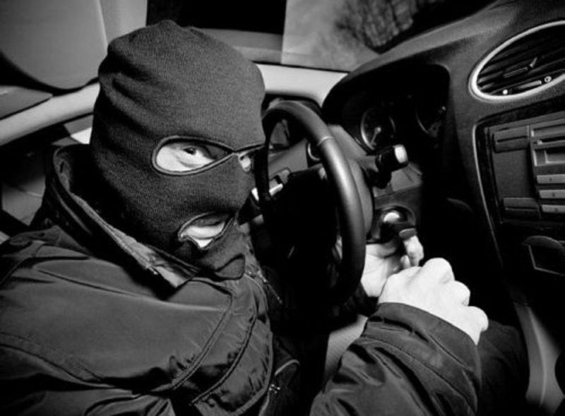 Более 1200 долларов украл вор из открытой машины в аг. Ольшаны