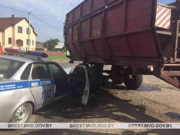 В д. Маньковичи автомобиль ГАИ попал под прицеп трактора