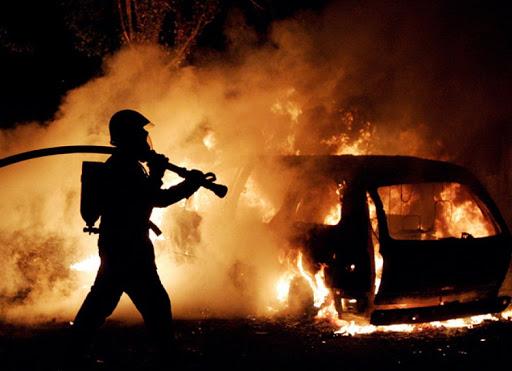 На Столинщине сгорел автомобиль, пожилой мужчина получил ожоги